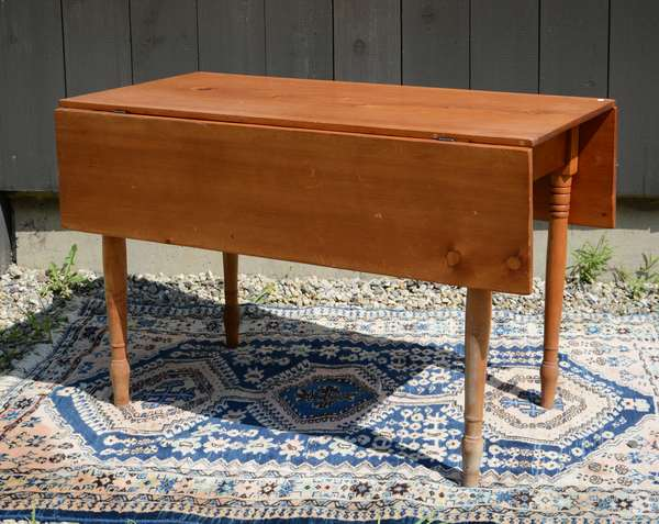 Natural finish pine drop leaf table (111-7)