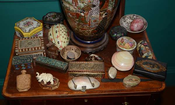 Good selection of Asian related collectibles including Satsuma (9)