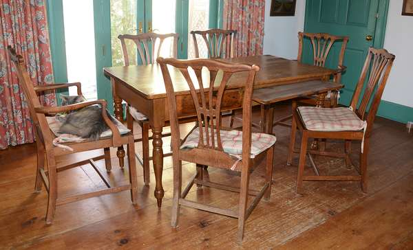 Set of 6 country Chippendale style chairs (22)
