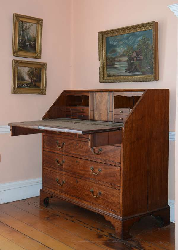 Chippendale slant lid desk (25)