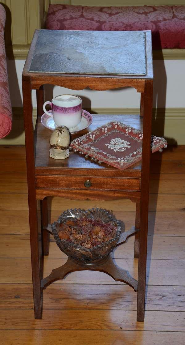 Delicate English mahogany wash stand (28)