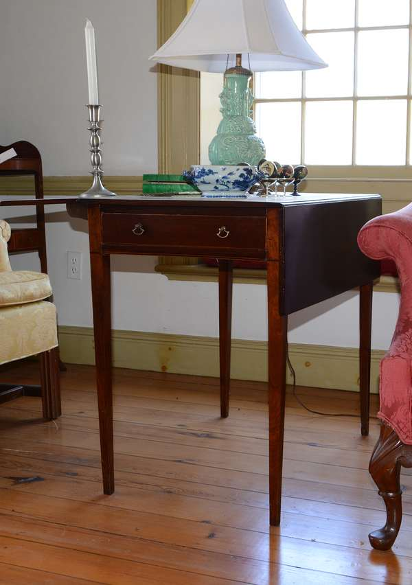 Inlaid mahogany Pembroke table with drop leaves (29)