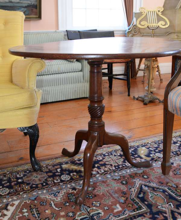Q.A. tilt top mahogany tea table with spiral carved standard (50)