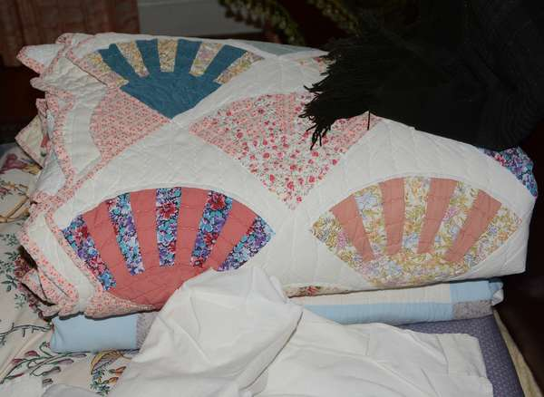 Applique quilts and other linens (81)