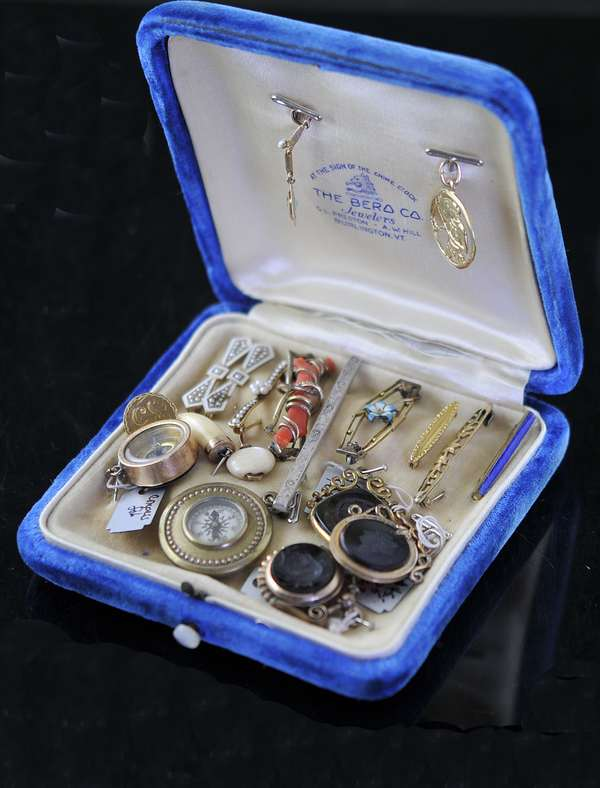 Assorted misc compasses, gold coin, fobs, gold bar pins and other pin (7-253)