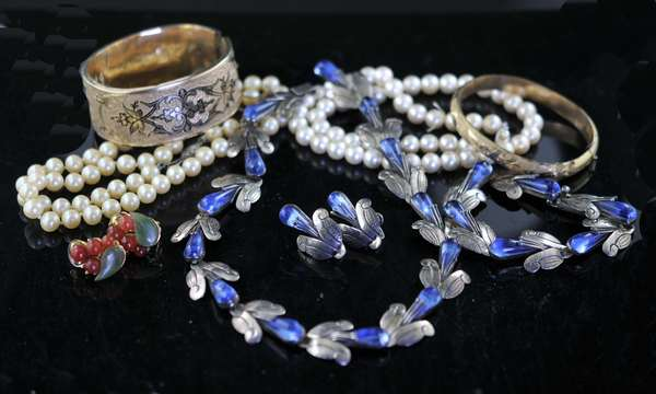 Misc. lot: Victorian gold filled bangles, gold filled chains, carnelian clips, Mexican sterling silver and costume pearls (15-1)