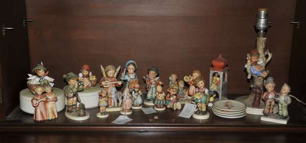 Collection of 16 hummels and trays (208-113)
