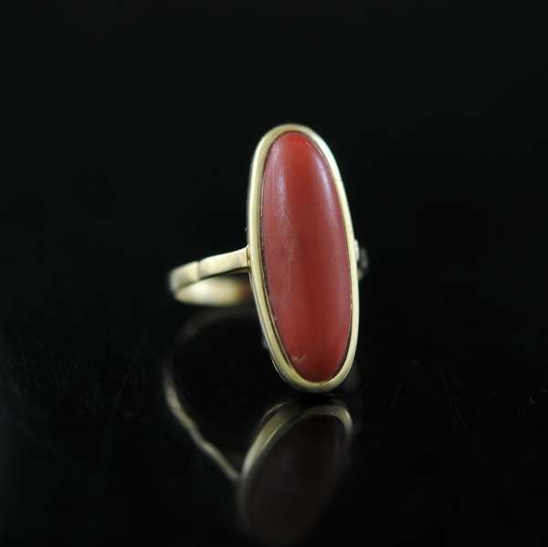 18k coral ring (170-3)
