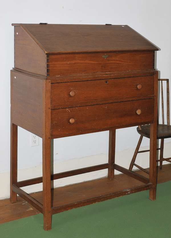 Good two-part dovetailed pine clerks desk with fitted interior, 37.5