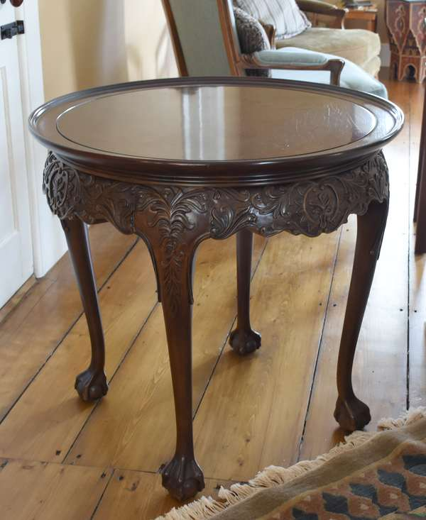 Nicely carved modern mahogany Chippendale style lamp table with circular top