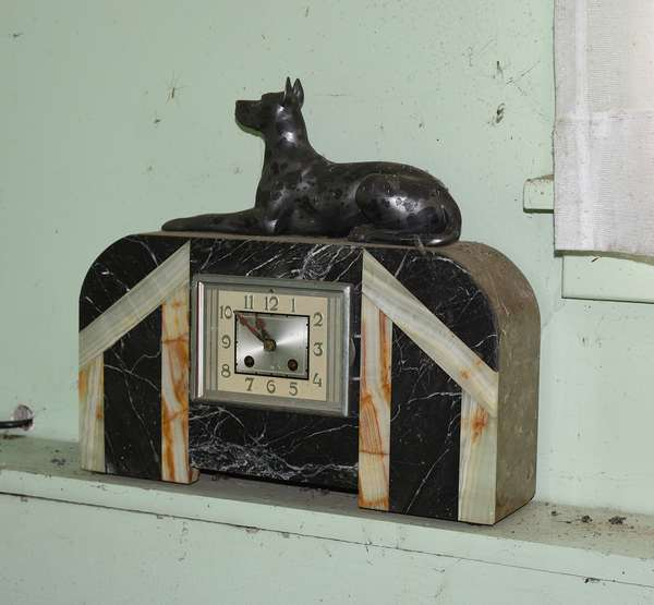 MARBLE AND ONYX ART DECO CLOCK W DOG (615)
