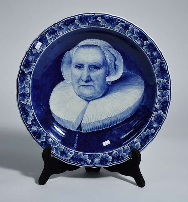 Large Delft charger, decorated with a portrait of woman, 16.25