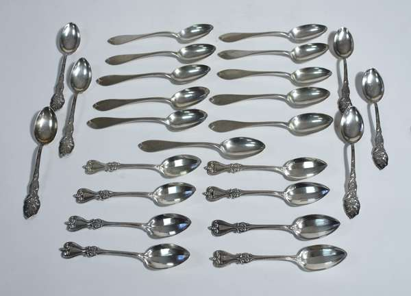 Assorted lot of 25 sterling spoons made by various makers, approx. 17.5 ozt