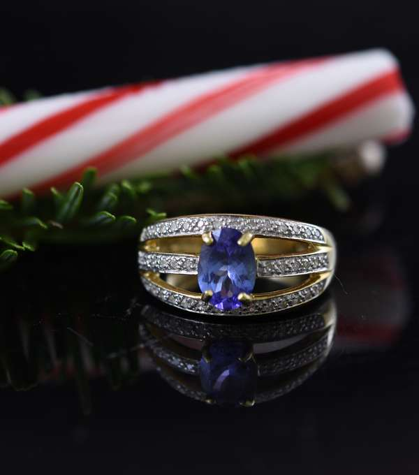 Ladies 14k yellow gold ring oval tanzanite with small diamonds, 6.6 grams