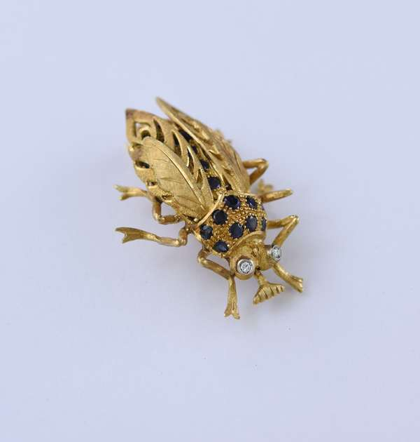18k gold scarab pin set with diamond and sapphires, with articulated wings, 1.75