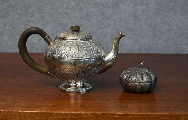 Antique silver tea pot with a fine Persian leaf chased design approx. 17.3 toz, with a small covered bowl, approx. 2.5 toz