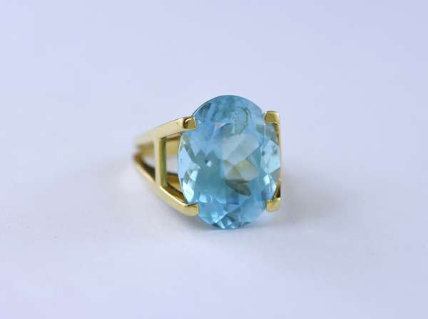 Large natural aquamarine ring set in 14K yellow gold, approx 14.5 ct oval blue aqua, ring size 7.5