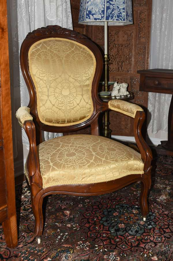 Carved back Victorian open arm gents chair (900-21)