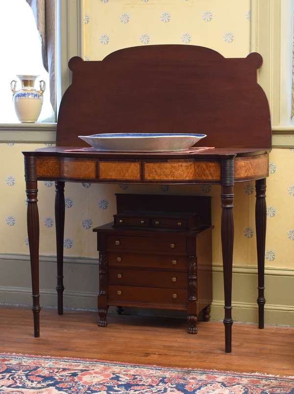 Fine Federal New Hampshire shaped front card table with oval corners and reeded legs, mahogany with birdseye maple and rosewood cross banded front, 36