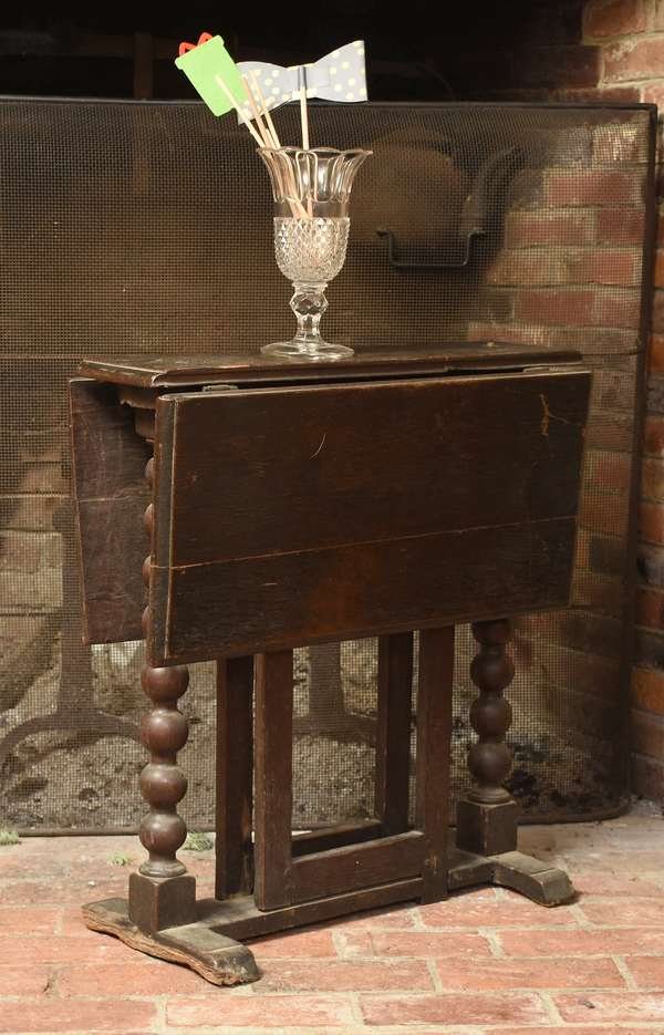 Early 18th C. oak small size tuck-away gateleg table, spooled supports on shoe feet, 24
