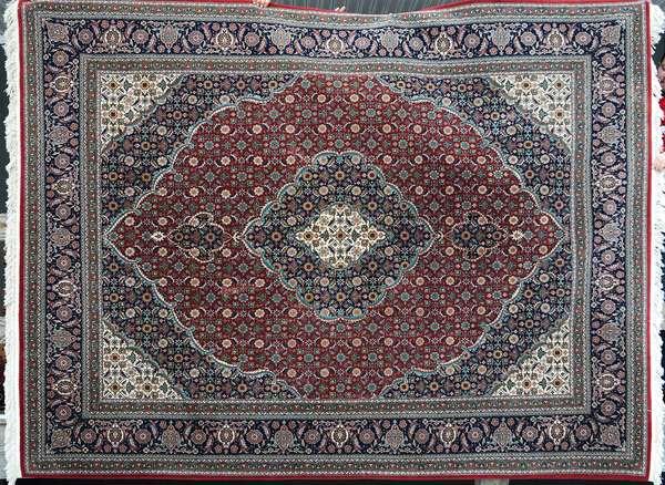 Fine Oriental Persian rug, 10'2