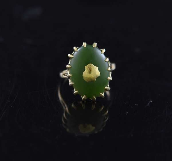 Jewelry - 14k green jade ring, approx. 6.5 grams, size 8.5