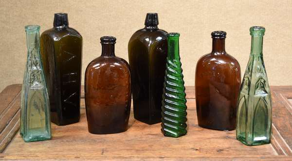 Bottle lot including two case gin pepper sauce and flasks, seven pieces (477-5)