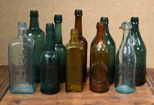 Assorted bottle lot with alcohol, water, tonic, ten pieces (477-8)