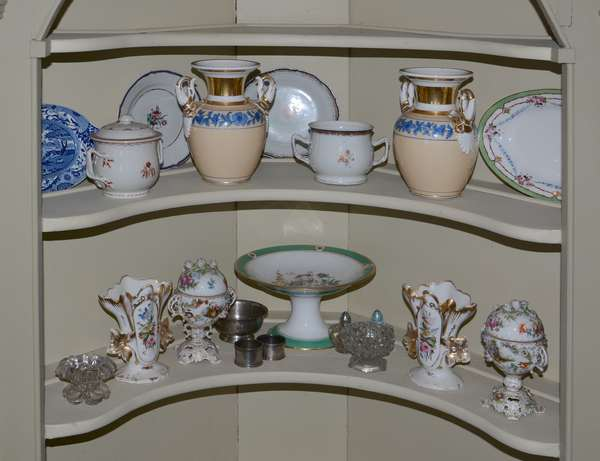 Various groups of old porcelind to be sold in groups lots.