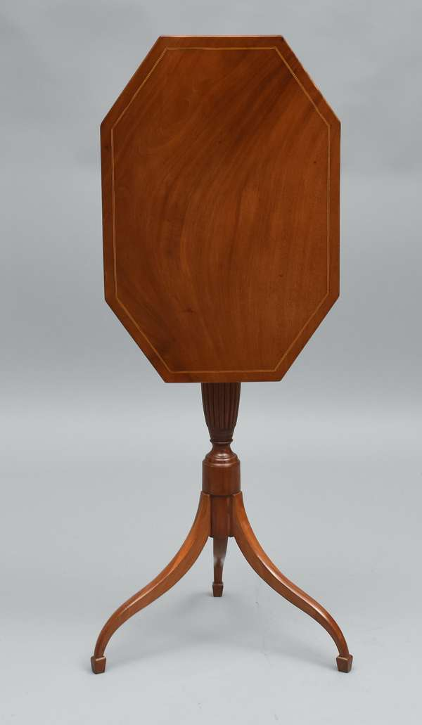 Fine Federal MA. mahogany tilt top candlestand, inlaid coffin top, reeded carved standard with spade feet, ca.1800-1810, 29