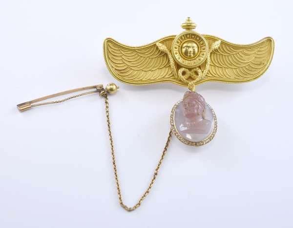 Tested 22k yellow gold Etruscan Revival wings with serpents and the sun brooch including agate cameo of Caesar, 3