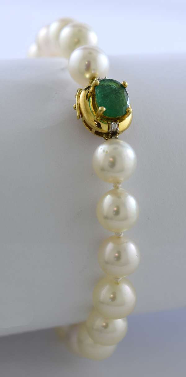 Saltwater pearl bracelet with approx. 8mm pearls and an 18k gold clasp set with approx. 1.5 ct emerald, 7.5