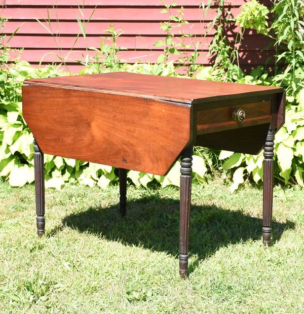 Fine Federal reeded leg mahogany Pembroke table, drawer with original pull, base in old and probably original finish, ca.1810, 29