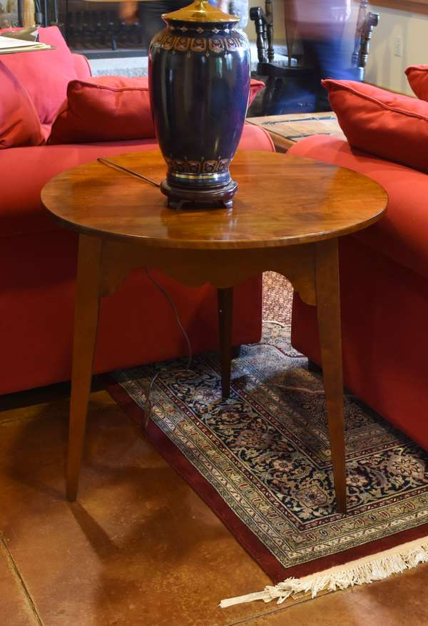 Circular lamp table on tapered legs, 28