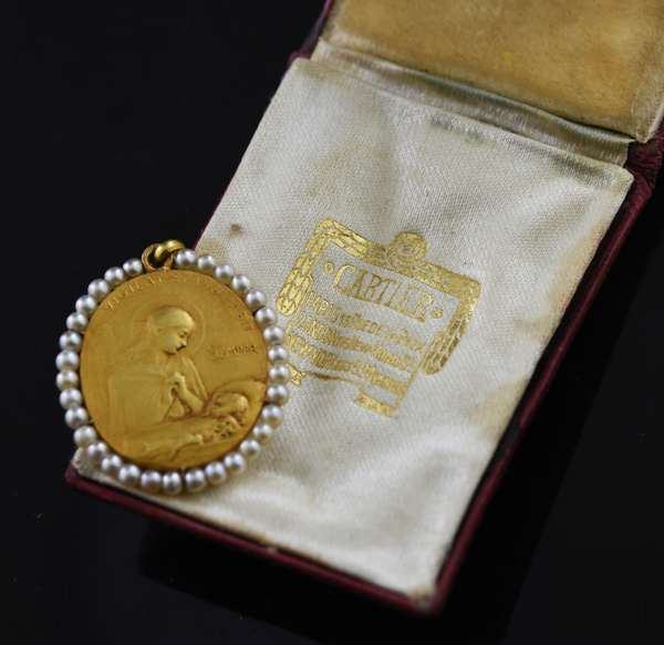 Cartier pendant encircled with pearls