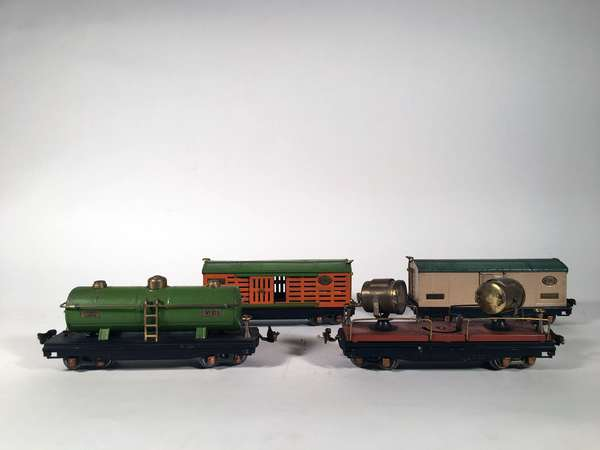 Lionel 800 series freight cars, 813 Stock, 815 Tank, 820 Flood light, 814 R Reefer