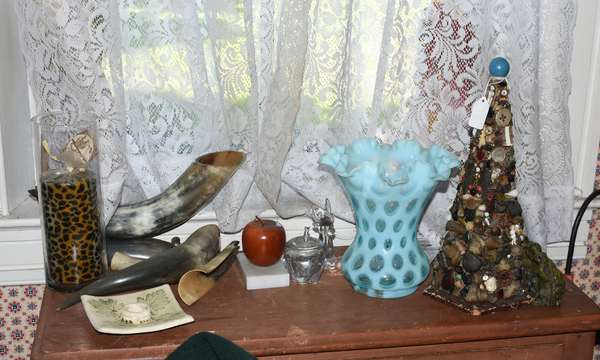 Accessories including powder horns and ruffled glass