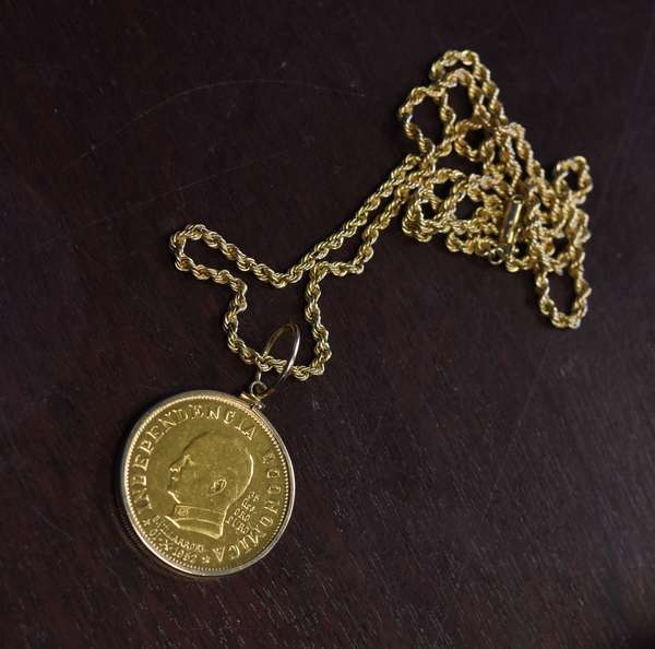Ref 30: Gold coin Independencia Economica 31-x-1952, 35 grams with 14k gold chain, 52 grams total (44-4)