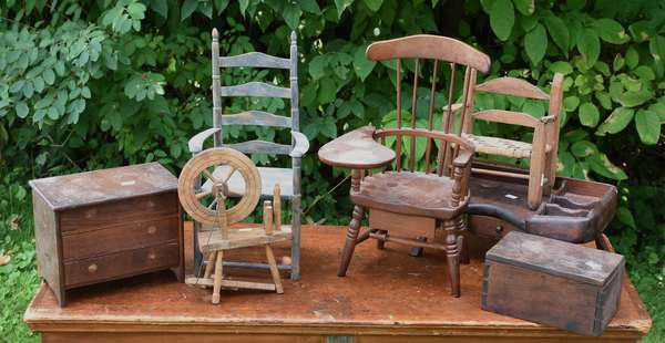 Lot of dolls furniture, 7 pcs (675-51)