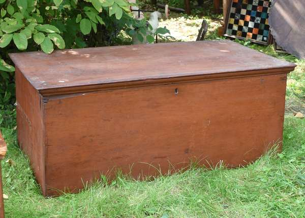 Early blanket box in old red (675-55)