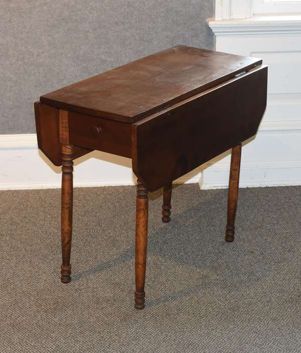 Child size drop leaf table (44-30)