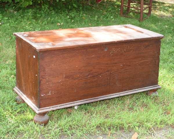 Ball foot blanket box (675-64)