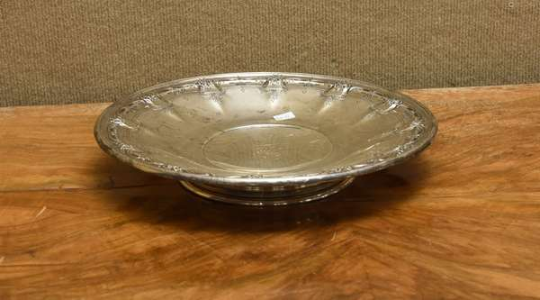 Large round sterling dish, approx. 18 T.oz (667-22)