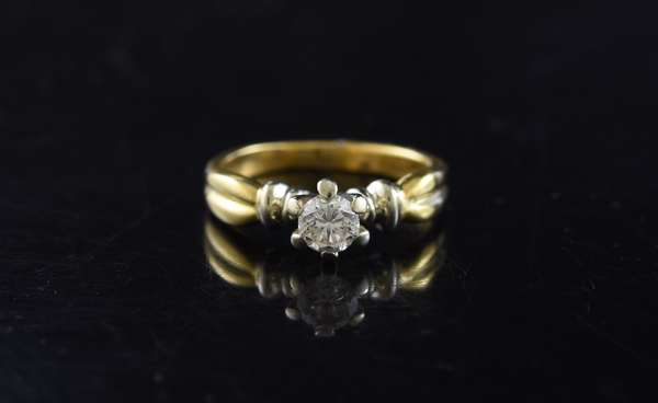 Ref 29: 18k yellow gold round solitaire diamond ring, approx. .35 ct (5-100)