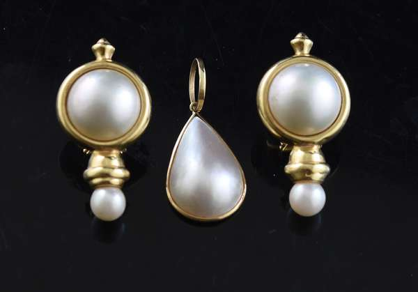 Ref 46: Pair of 14k yellow gold and mabe pearl earrings with a pendant (96-161)