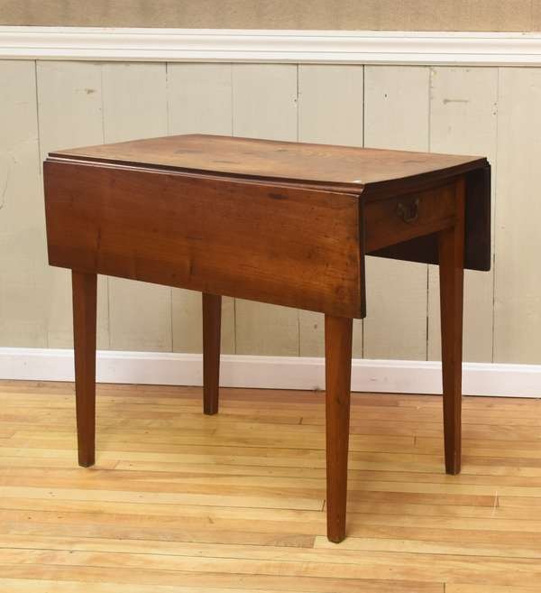 Small walnut Hepplewhite Pembroke table with one drawer, c. 1800, 32