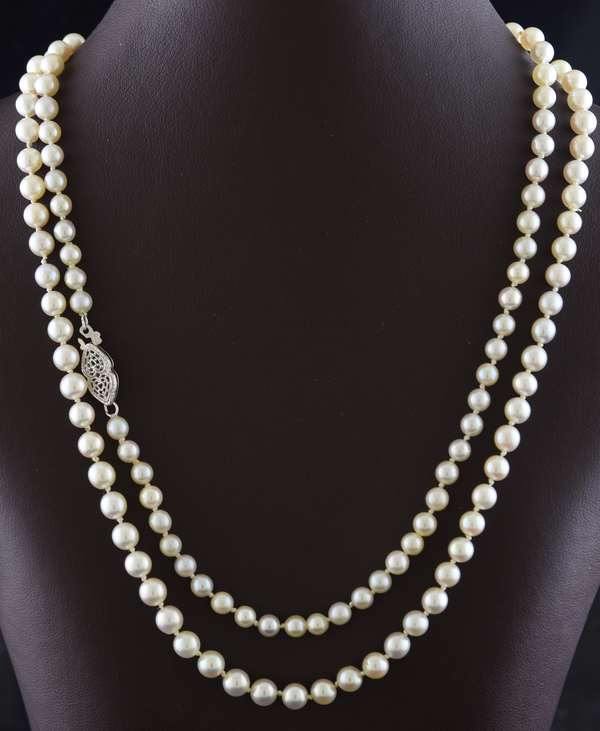 Ref 33 - Graduated strand of pearls (28