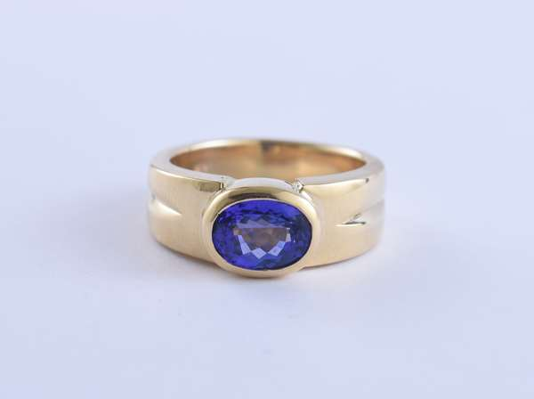 14k yellow gold ring set with approx. 2.0 ct oval tanzanite, size 9, 14.5 grams