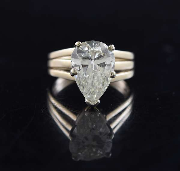 Approx. 4.5 ct pear shaped diamond ring set in 14k gold