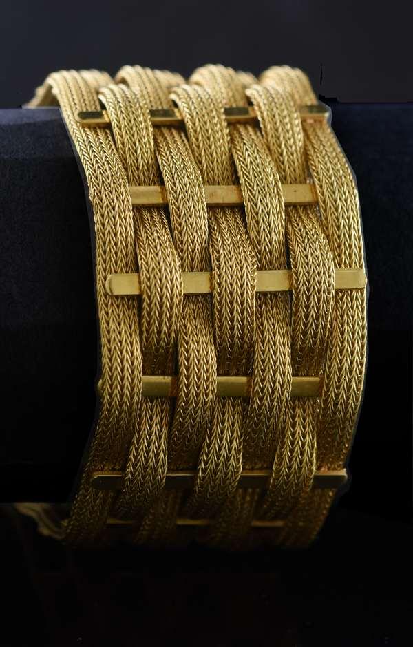 18kt yellow gold wide woven bracelet, 30 mm, 7 1/4 in., 59.8 grams.